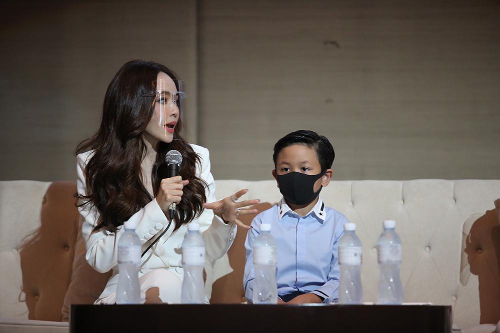 ภาพประกอบ เป้ย ปานวาด พร้อมน้องโปรด ขึ้นเวทีเสวนา แชร์การเลี้ยงลูกยุค PM 2 4