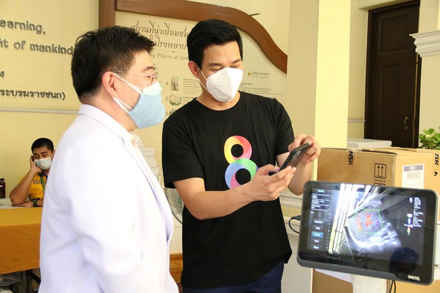 เป็นตัวแทนช่อง8 ไปมอบอุปกรณ์ทางการแพทย์ให้ รพศิริราช